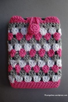 Crochet Phone Cover Cover / Funda – Caxigalinas - Cover for e-book, smartphone or what you want Difficulty Easy. Materials -Crochet hook size: 5 mm (H). Crochet Phone Cover, Crochet Pouch, Crochet Purses, Crochet Stitches, Love Crochet, Diy Crochet, Crochet Crafts, Double Crochet, Single Crochet