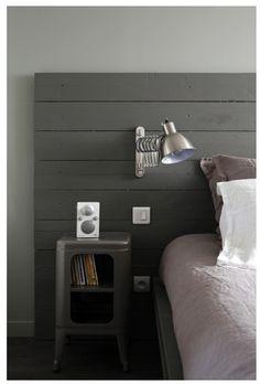 Tête de lit en bois de coffrage