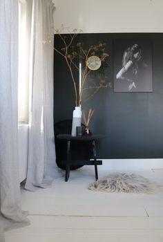 Hoe kies je gordijnen? - STUDIO ZINNIG Interieurontwerp Bedroom Styles, Nightstand, Master Bedroom, Curtains, Living Room, Mirror, Interior, Wall, Inspiration