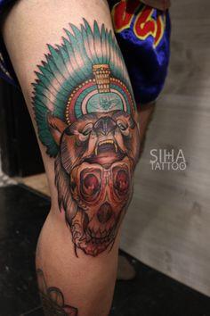 Rodilla bear oso moth poilla indian skull calavera tattoo done by Jota at Siha Tatuajes Barcelona