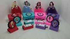 Kit de lembrancinhas para festa, tema Ever After High, composto por 64 itens, conforme descrito abaixo: <br>16 maletas, confeccionados em papel 180 gramas, na medida 9x6x3; <br>16 porta baton, confeccionados em papel 180 gramas, para 2 unidades, <br>16 porta bis, confeccionados em papel 180 gramas, para 2 unidades, <br>16 tubetes decorados com tule. <br>Todos os itens são decorados com papel de scrap 180 gramas. <br>Todos os produtos podem ser vendidos separadamente. <br>Pode ser produzido…