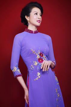 Thanh Mai khoe nhan sắc với áo dài thêu hoa