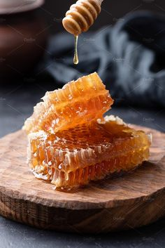 Honeycomb and honey dipper with liquid honey Tupelo Honey, Food Photography Tips, Easy Smoothie Recipes, Honey Recipes, Cooking Ingredients, Food Is Fuel, Raw Honey, Aesthetic Food, Sweets