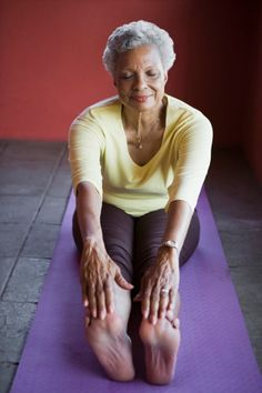 Stretching Exercises For Seniors, Daily Stretches, Muscle Stretches, Bone Diseases, Bone Loss, Senior Fitness, Flexibility Workout, Healthy Aging, Body Weight