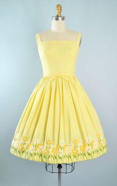 ♦ Vintage 1960s Lanz Sundress, gedateerd op het etiket! ♦ Gebouwd in een gele katoenen stof met prachtige bloemen Daisy borduurwerk rondom de rok