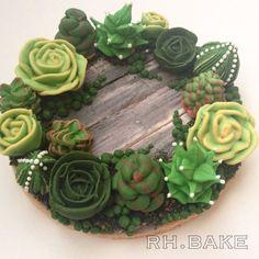 Succulents wreath cookie.. 多肉植物のリースクッキー  #icingcookie #sugarcraft #sugarcookies #succulent #cactus #wreath #cookieart #cookiedesign #decoratedcookies #cookiedecorating #decoratedsugarcookies #woodplank #moss #アイシングクッキー #アイシングクッキー教室 #ワークショップ #クッキー #クッキーアート #多肉植物 #リース #サボテン #苔 #フードアート