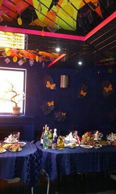 Украшение зала: бабочки. Основа: пенопласт, покрытый светоотражающей краской.