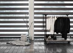 Raw feeling. Luxaflex Twist Rullegardin der falder i med rummet. Transparente og tætte stirber lader dig styre lyset præcis som du ønsker. #striber # twistrullegardin #luxaflex #luxaflexdk  #gardiner #boligindretning  #gardiner