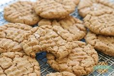 Easy Peanut Butter Cookies made with just a handful of ingredients and no flour! Easy peanut butter cookie recipe made with peanut butter, brown sugar, an egg and baking soda. Gluten Free Peanut Butter Cookies, Classic Peanut Butter Cookies, Chocolate Peanut Butter Cookies, Chocolate Cookie Recipes, Healthy Peanut Butter, Peanut Butter Cookie Recipe, Sugar Cookies Recipe, Oatmeal Cookie Recipes, Easy Cookie Recipes
