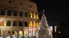 Valtava joulukuusi vilkkuu ja kimaltelee kilpaa yövalaistuksessa kohoavan Colosseumin kanssa. Kaduilla myydään paahdettuja kastanjoita ja ravintoloiden ulkopöydissä tuikkivat jouluvalot. Vatikaanin edustalla kaksi mustiin pukeutunutta nunnaa kantaa suurta joulutähteä ja näyteikkunoissa on esillä erikokoisia Jeesus-vauvoja jouluseimeä varten.