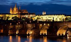 Charles Bridge at night time - Prague, Czech Republic Ushuaia, Hotel Et Spa, Ecuador, Outfits Tipps, Prague Photos, Turkey Places, Week End En Amoureux, Famous Bridges, Destinations