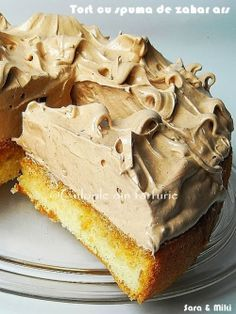 Gâteau au mousse de sucre caramélisé (genoise cake soaked in caramel and topped with caramelized mousse), must try this! No Cook Desserts, Sweets Recipes, Baking Recipes, Cake Recipes, Romanian Desserts, Desserts Sains, Homemade Sweets, Easy Cake Decorating, Different Cakes