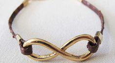 Un bracelet infiniTrès tendance cette année, le signe infini est partout ! Adoptez la mode vous aussi en fabriquant ce bracelet infini en peau de serpent très chic.