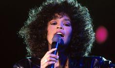 FEM ÅR SIDEN: Whitney Houston ble for fem år siden funnet på sitt hotellrom på Beverly Hills Hotel i Los Angeles. Hun ble erklært død 15:55 på ettermiddagen. Tre år etter hennes død, led dattera samme skjebne. Bildet er tatt i Drammenshallen under en konsert i 1998. Foto: Henrik Laurvik / NTB scanpix
