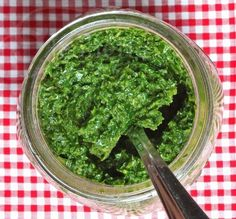 Use Kale Pesto instead of mayo on sandwiches for a healthier lunch Kale Basil Garlic Olive oil Boil the Kale (just leaves) for 30 seconds, drain the liquid. Add basil and garlic and put in food processor. Then add the olive oil. Real Food Recipes, Vegetarian Recipes, Cooking Recipes, Yummy Food, Healthy Recipes, Lunch Recipes, Basil Pesto Recipes, Healthy Snacks, Healthy Eating