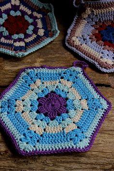 Crochet Square Patterns Old Timey Potholders Free Crochet Pattern Crochet Hot Pads, Crochet Towel, Crochet Potholders, Free Crochet Potholder Patterns, Hexagon Crochet Pattern, Crochet Flower Patterns, Crochet Motif, Doilies Crochet, Doily Patterns