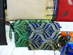 Dos bolsos de mano en color azul y verde en seda, que pueden convertirse en estuche de una tablet, ya que son acolchados.