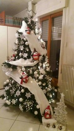 23 Christmas Tree Ideas hese ideas are worth trying this time on the Christmas. Your tree would garner more praises than the readymade ones. Share these amazing and quick Christmas tree ideas with others to make your Christmas tree best in the town. Snowman Christmas Decorations, Unique Christmas Trees, Christmas Tree Themes, Noel Christmas, Diy Christmas Gifts, Christmas Projects, Beautiful Christmas, Winter Christmas, Christmas Ornaments