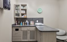 Veterinary Clinic and Animal Hospital Design. Artistree specializes in design and construction of veterinary offices and pet hospitals. Vet Clinics, Veterinary Clinics, Vet Office, Medical Office Design, Vet Med, Hospital Design, Clinic Design, Veterinary Medicine, Cabinet Colors