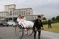 ウエディングドレスと人力車