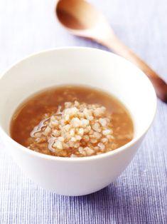 茶がゆ ②【時間がある時の茶がゆの作り方】  材料  玄米 1/2合  水 4カップ  3年番茶の葉 大さじ2杯   塩 ひとつまみ  作り方  1. 玄米は前日の夜に、右回りで優しく洗う。4カップの水に浸水させて一晩置く。 2. 翌日の朝、土鍋に1 の浸水した玄米とだし袋に入れた3年番茶の葉を入れて、弱火でゆっくりと炊く。  3. 15分位たって鍋の中の玄米が動き出したら、塩を入れる。弱火でゆっくりと玄米が柔らかくなるまで炊く。ここでも火加減が強いと水が噴きこぼれたり、焦げたりするので注意。