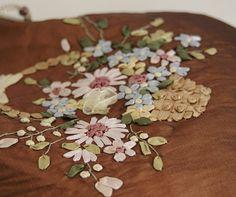 Bestickte vintage Handtasche mit Blumenkorb von OlgasPrettyThings