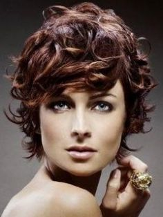 15 Easy Hairstyles For Short Curly Hair - Alle Mode Frisure Short Layered Curly Hair, Curly Hair Styles Easy, Curly Pixie, Medium Curly, Hair Styles 2014, Curly Hair Cuts, Wavy Hair, Short Hair Styles, Curly Fringe