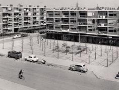 Beschrijving: Links het eerste blok woningen aan de Klaas Katerstraat gezien vanaf de Parkweg bij de Burgemeester Van Haarenlaan. In het midden naar rechts een aantal winkels met woningen daarboven tussen de Burgemeester Van Haarenlaan en de Klaas Katerstraat