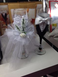 His And Her Glasses Wedding Decorations Ideas Sumcoco Bride Groom Table, Bride And Groom Glasses, Wedding Wine Glasses, Wedding Champagne Flutes, Wedding Bottles, Champagne Glasses, Decorated Wine Glasses, Painted Wine Glasses, Wedding Reception Design