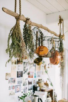 壁に取り付けるのではなく、流木をぶら下げてハンギングポールに。  ハーブに小鍋、籠等など。キッチンにはぶら下げたいものが沢山。