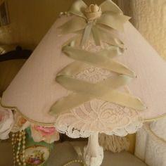 Abat-jour style boudoir ,lin rose et dentelle ancienne