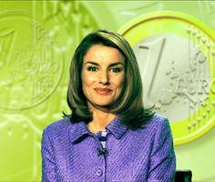 Letizia Ortiz en el Teledario enseña a usar el euro.
