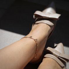 Bratara picior stelute realizata din otel inoxidabil placat cu aur 18k. Este scris in ✨ si in tendintele anului 2020 - bratara de picior este cel mai ravnit accesoriu! ✨ #mosselle #bratarapicior #anklet #star Aur, Character Shoes, Kitten Heels, Dance Shoes, Shopping, Fashion, Bead, Dancing Shoes, Moda