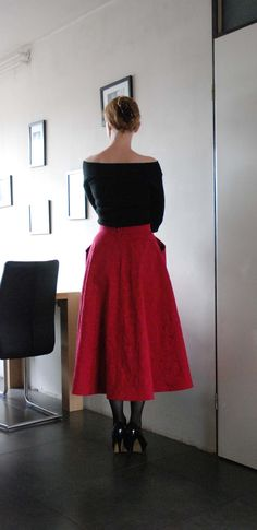 Fattening and aging, I think the fashion editor of Libelle magazine called the new skirt length for 1947... The New Look.  This is my first ...