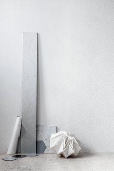 Gorgeous subtle pattern! White Light wallpapers, styling by Guts - emmas designblogg