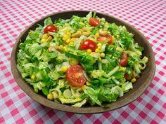 Salade van sla, tomaat, komkommer, prei, mais en cashewnoten   www.Alternatief-Idee.net