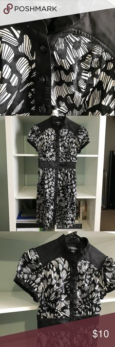 XS Guess B&W button up short sleeve dress This gorgeous black and white button-up Guess dress is all about the details. The chunky black buttons add interest to the dress as well as the unique print. The dress is made out of a satin-y material. There are no stains, holes, or rips in the dress. Bundle with other items in my closet for the best discount! Guess Dresses