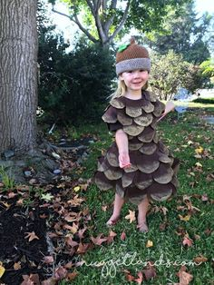 Sewing For Kids DIY Halloween Costume Tutorial - Pine Cone Costume for kids, toddler - My 3 year old decided that she wanted to be a pine cone for Halloween. I had no other option that to DIY my own pine cone Halloween costume. Halloween Costume Diy, Halloween Tags, Homemade Halloween, Family Halloween, Halloween Party, Halloween Pictures, Homemade Costumes, Halloween Couples, Halloween Tutorial