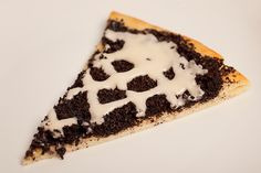 We tried a new recipe for the Super Bowl. Pizza Pie Cafe makes an Oreo dessert pizza that my whole family loves. We gave this recipe a wh. Oreo Dessert Recipes, Desserts Menu, Yummy Treats, Delicious Desserts, Sweet Treats, Desert Pizza Recipes, Super Bowl, Oreo Icing, Chocolate Pizza