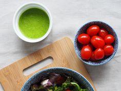 8 pomysłów na domowe sosy do sałatek i przepis na odżywczą sałatkę - Blog AgataBerry.pl Serving Bowls, Tableware, Kitchen, Blog, Dinnerware, Cooking, Tablewares, Kitchens, Blogging