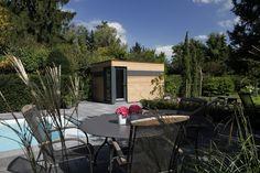 moderne Gartensauna mit Glaselementen