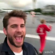 Big Mood- I think liam hemsworth is my spirit animal Liam Hemsworth And Miley, Miley And Liam, Chris Hemsworth Thor, Funny Short Videos, Funny Video Memes, Funny Crush Memes, Funny Jokes, Miley Cyrus Gif, Miley Cyrus Videos