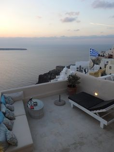Greece Travel Inspiration - the Greek Islands are a bucket list destination for a good reason, let me show you how we spent 2 days in Santorini relaxing! Staying in Oia means you don't have to travel far to explore this beautiful spot and you can watch the sunset from your own private hot tub. Pop on over to the blog to read more of my tips for Santorini. #oia #santorini #greece #traveltips #80pairsofshoes