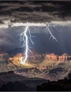 Lightning hits the Grand Canyon. La foudre frappe le Grand Canyon Plus All Nature, Science And Nature, Amazing Nature, Grand Canyon, Blitz Foto, Images Cools, Lightning Photos, Cool Pictures, Beautiful Pictures