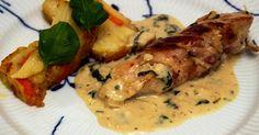 Baconlindad kycklingfilé med mandelpotatisbakelse och basilikasås.