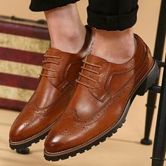 2017 New Arrival Vintage Leather Men Dress Shoes Business Formal Brogue Pointed Toe Carved Oxfords Wedding Shoes Black Red Brown