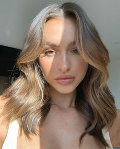 Hair Color Streaks, Blonde Hair With Highlights, Hair Color Balayage, Colored Curly Hair, Hair Color Techniques, Aesthetic Hair, Beige Aesthetic, Brown Hair Colors, Brunette Hair