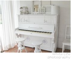 Flat or lacquer white piano!