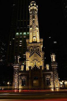 Torre iluminada por la noche, la torre de agua, Chicago, Illinois, EE.UU.