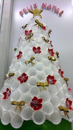 Olá...  Vamos falar novamente sobre decoração de Natal? Hoje falaremos sobre árvores, diferentes maneiras de dar o tom natalino com modelos ...